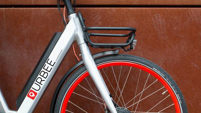 Alle techniek zit in de fiets, die per app van het slot gaat © Charlotte Odijk (Het Parool)